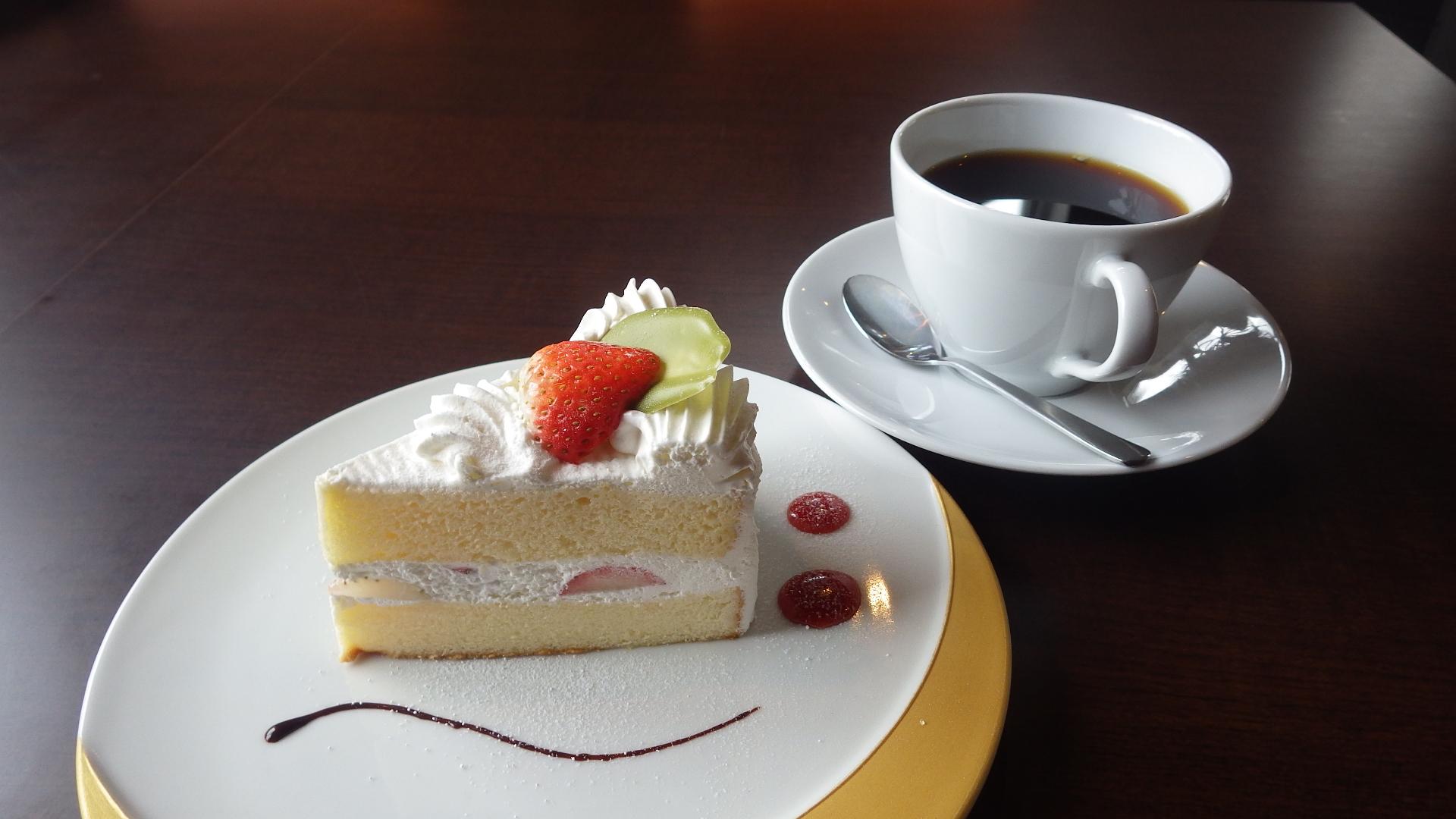ショートケーキとドリップコーヒー